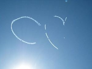 Escriptura al cel amb fum generat per la injecció d'oli als gasos expulsats pel motor. Font: Portal Contrail Science de Mick West
