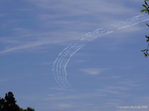 Escriptura al cel amb fum generat per la injecció d'oli als gasos expulsats pel motor. Font: Jim Culp, 2008