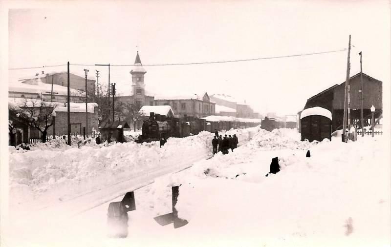 Estació de ferrocarrils de Tàrrega coberta per un gruix de neu proper als 100 cm el 26 de febrer de 1944