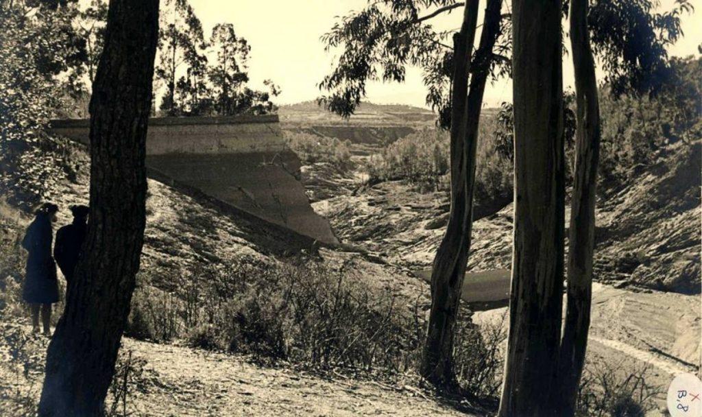 Restes del pantà de la Xoriguera a Terrassa (el Vallès Occidental) l'any 1944
