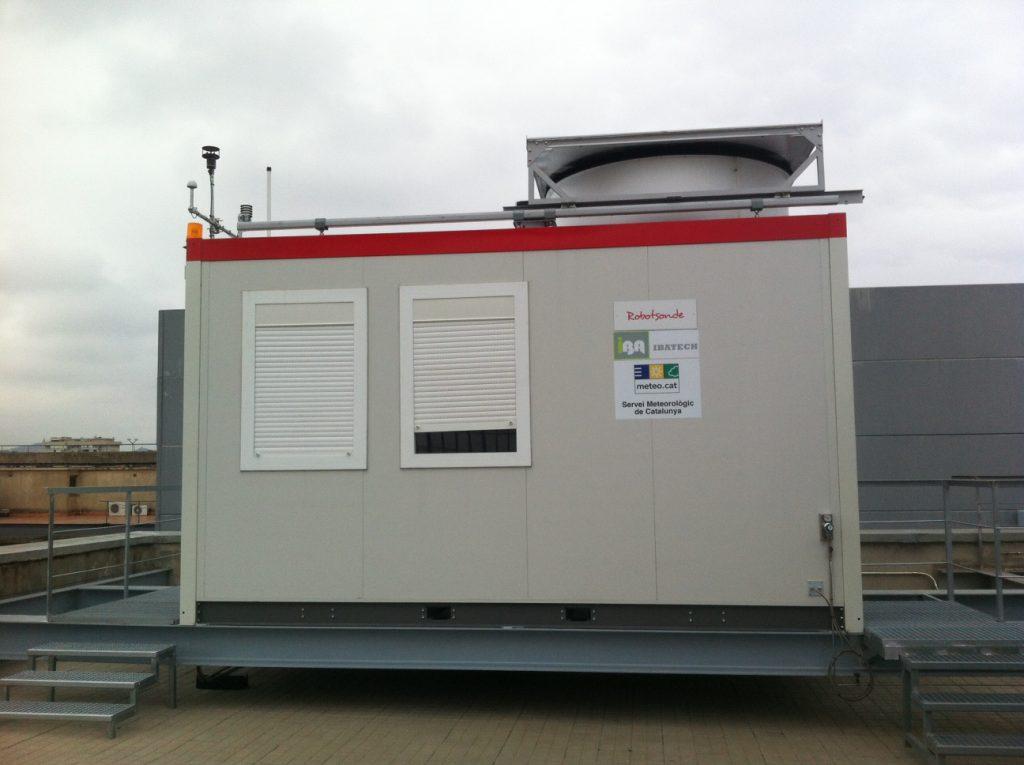 Robotsonda per fer radiosondatges automàtics instal·lat al terrat de la Facultat de Física de la Universitat de Barcelona