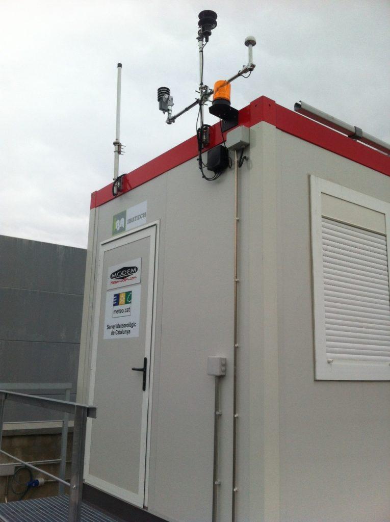 Sensors exteriors de temperatura, humitat i vent, antena GPS i de comunicació del robotsonda.