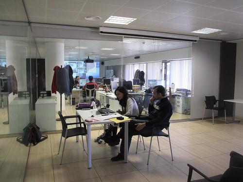Treballadors impartint un webinar
