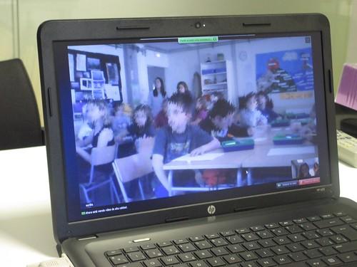 Ordinador on es veu una aula amb alumnes